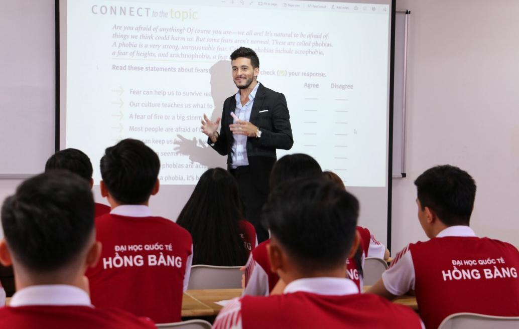 Giảng viên nước ngoài giảng dạy chương trình du học tại chỗ và liên kết quốc tế của HIU.