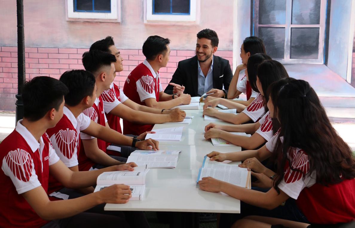 Sinh viên thảo luận cùng giảng viên nước ngoài. Xin tên người chụp ảnh.