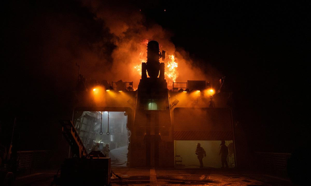 Đám cháy trên USCGC Waesche hôm 21/9. Ảnh: Tuần duyên Mỹ.