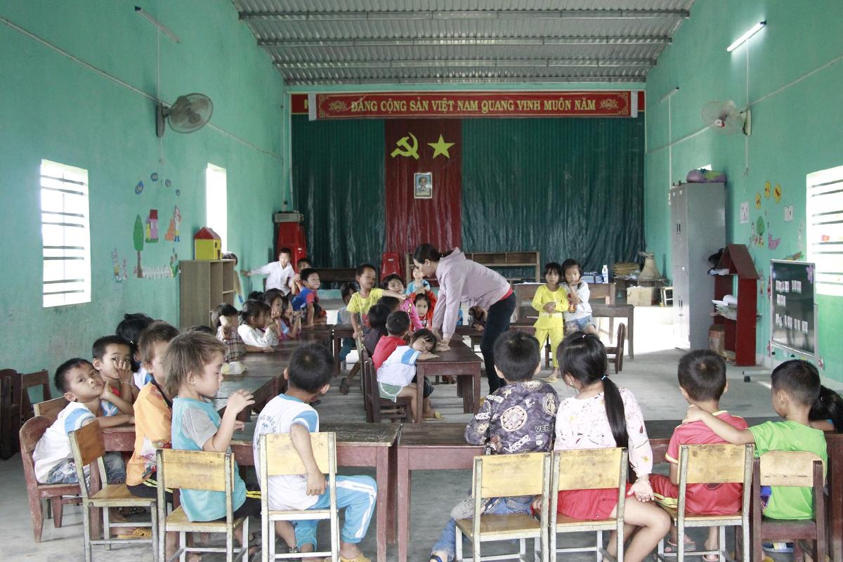 35 cháu ngồi học trong nhà văn hóa thôn Hồ Voi. Ảnh: Ngọc Oanh.