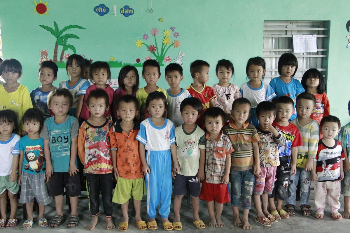 Những đứa trẻ áo quần lấm lem, một số đi chân đất đến lớp. Ảnh: Ngọc Oanh.