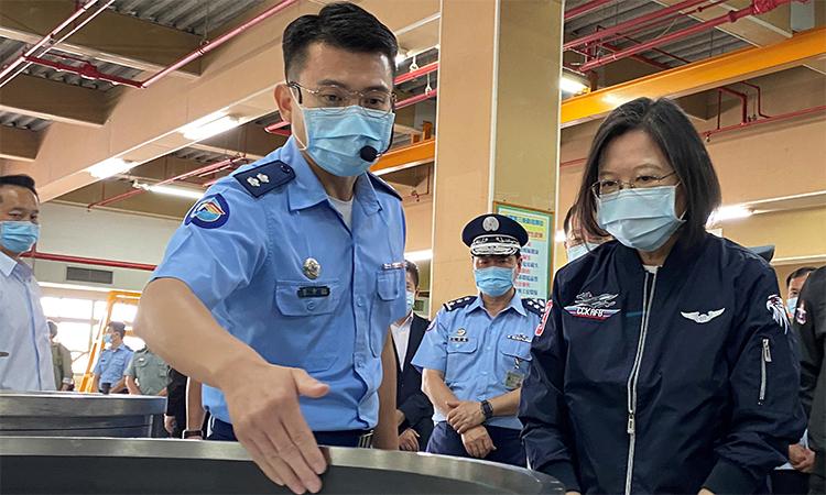 Lãnh đạo Đài Loan Thái Anh Văn (phải) thăm căn cứ Cương Sơn của  lực lượng phòng vệ trên không, ngày 26/9. Ảnh: Reuters.