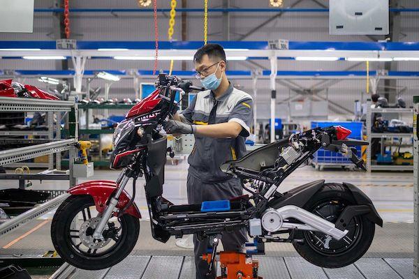 Một người công nhân lắp ráp xe máy điện VinFast trong nhà máy tại Hải Phòng. Ảnh: Bloomberg.