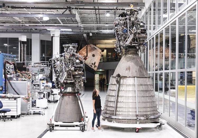Động cơ Raptor (trái) và Raptor Vacuum (phải). Ảnh: SpaceX.