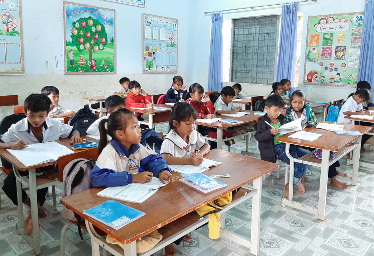 Các em học sinh trường tiểu học Y Jút trong giờ học chữ. Ảnh: Nhà trường cung cấp.