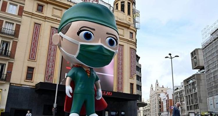 T??ng siêu nhan viên y t? cao 6 mét t?i Madrid bày t? lòng bi?t ?n t?i nh?ng ng??i ?? chi?n ??u ch?ng Covid-19. ?nh: AFP.