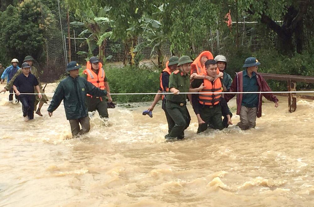 Lực lượng chức năng di chuyển người dân khỏi vùng nguy hiểm. Ảnh: Báo Phú Thọ