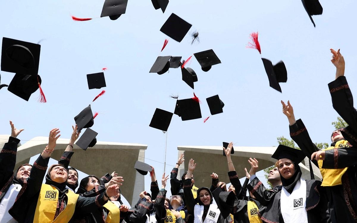 Sinh viên tốt nghiệp tại Anh. Ảnh: Telegraph