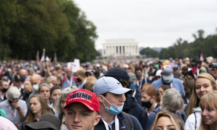 Hàng nghìn người tuần hành ở thủ đô Washington để ủng hộ Tổng thống Donald Trump hôm 26/9. Ảnh: AP.
