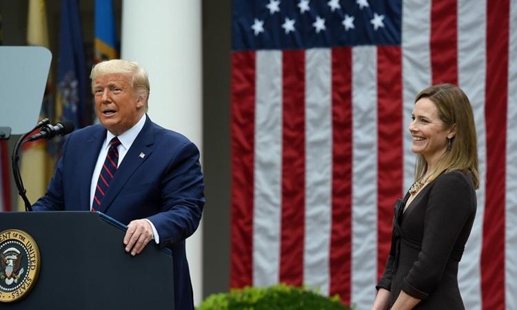 Trump và thẩm phán Barrett trong lễ công bố đề cử ở Vườn Hồng Nhà Trắng hôm 26/9. Ảnh: AFP.