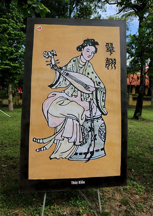 Tranh sơn dầu về nhân vật Thúy Kiều được treo tại khuôn viên khu di tích Nguyễn Du trong dịp kỷ niệm 255 năm ngày sinh và tưởng niệm 200 ngày mất. Ảnh: Đức Hùng