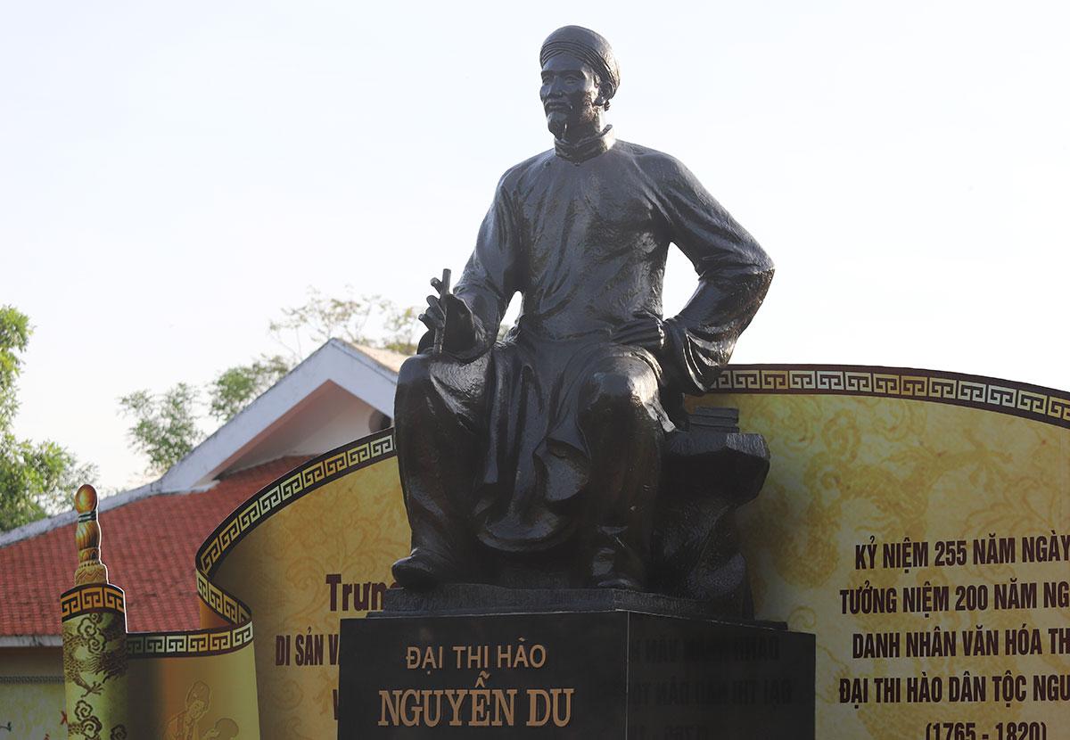 Tượng Nguyễn Du cao 1,5 m làm bằng đồng, khăn đóng áo dài, tay cầm bút lông tại Khu di tích Nguyễn Du ở thị trấn Tiên Điền, huyện Nghi Xuân. Ảnh: Đức Hùng