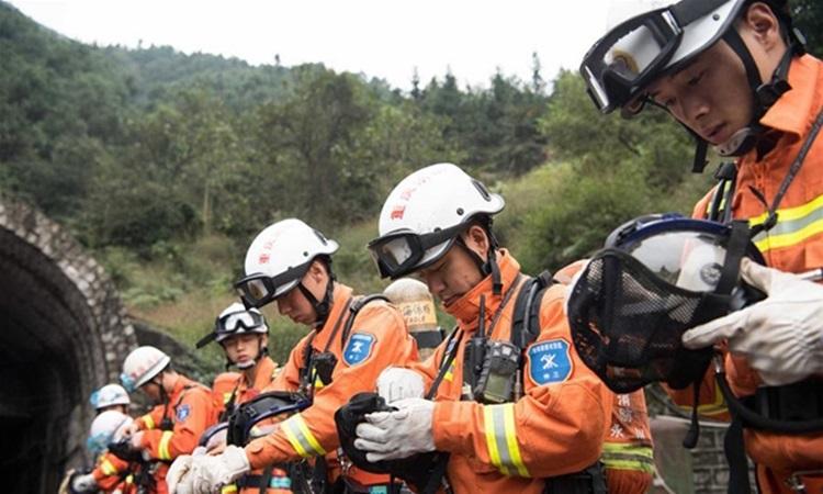 Lực lượng cứu hộ tại hiện trương vụ sập mỏ than khiến 18 người chết  ở Trùng Khánh năm 2016. Ảnh: Xinhua.