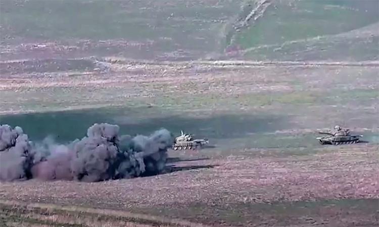 Xe tăng Azerbaijan bốc cháy trong vụ đụng độ ngày 27/9. Ảnh: BQP Armenia.