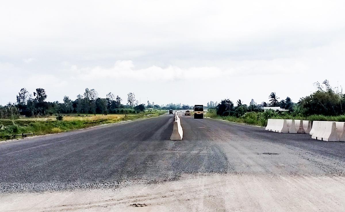 Thi công các km cuối cùng trên tuyến cao tốc Lộ Tẻ - Rạch Sỏi. Ảnh: Hưng Lợi