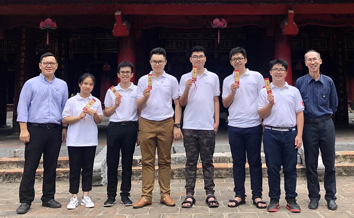 Ngô Quý Đăng (thứ hai từ phải sang) cùng đội tuyển Việt Nam dự thi Olympic Toán quốc tế và hai thầy trưởng, phó đoàn. Ảnh: MOET