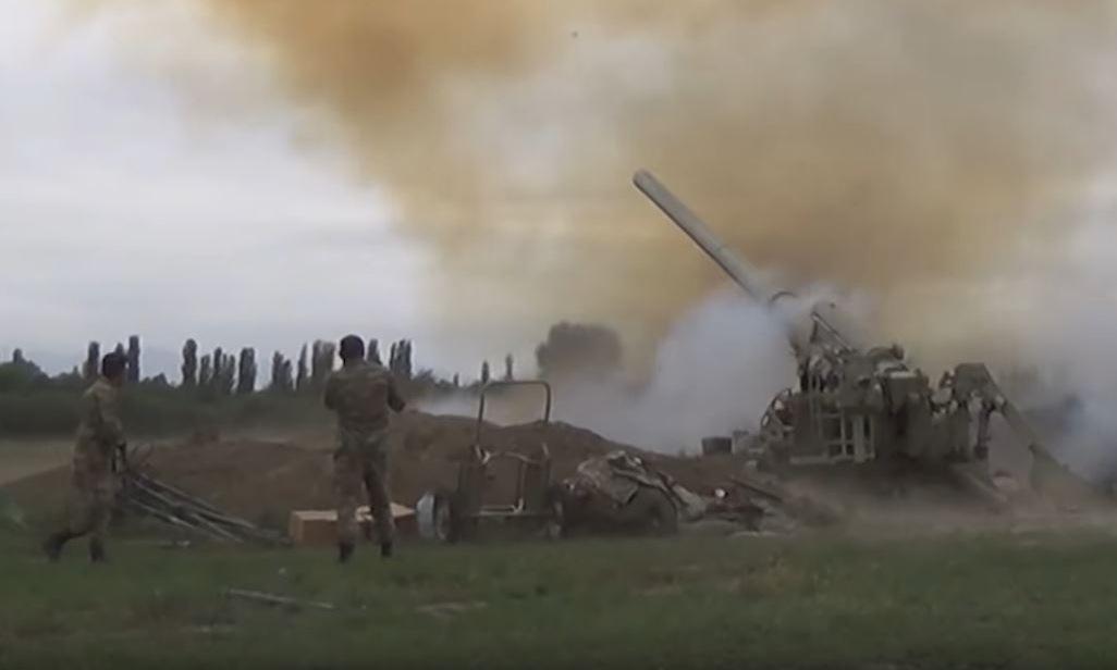 Quân đội Azerbaijan pháo kích vị trí của Armenia tại Nagorno-Karabakh hôm 28/9. Ảnh: Bộ Quốc phòng Azerbaijan.