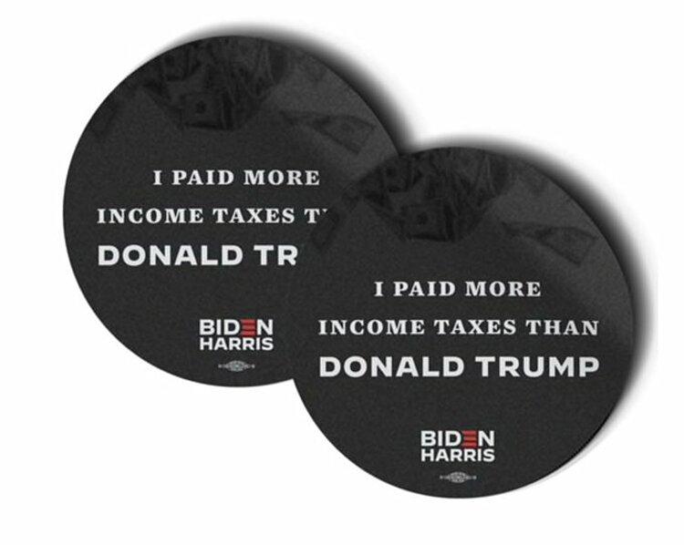 Các miếng sticker với nội dung Tôi nộp thuế nhiều hơn Donald Trump được chiến dịch Biden rao bán. Ảnh: Twitter/Hunter Schwarz.