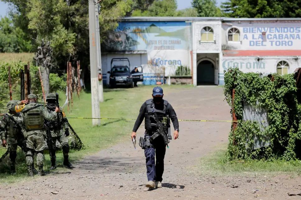 Cảnh sát và binh lính Mexico canh gác ngoài quán bar sau vụ thảm sát. Ảnh: Reuters.