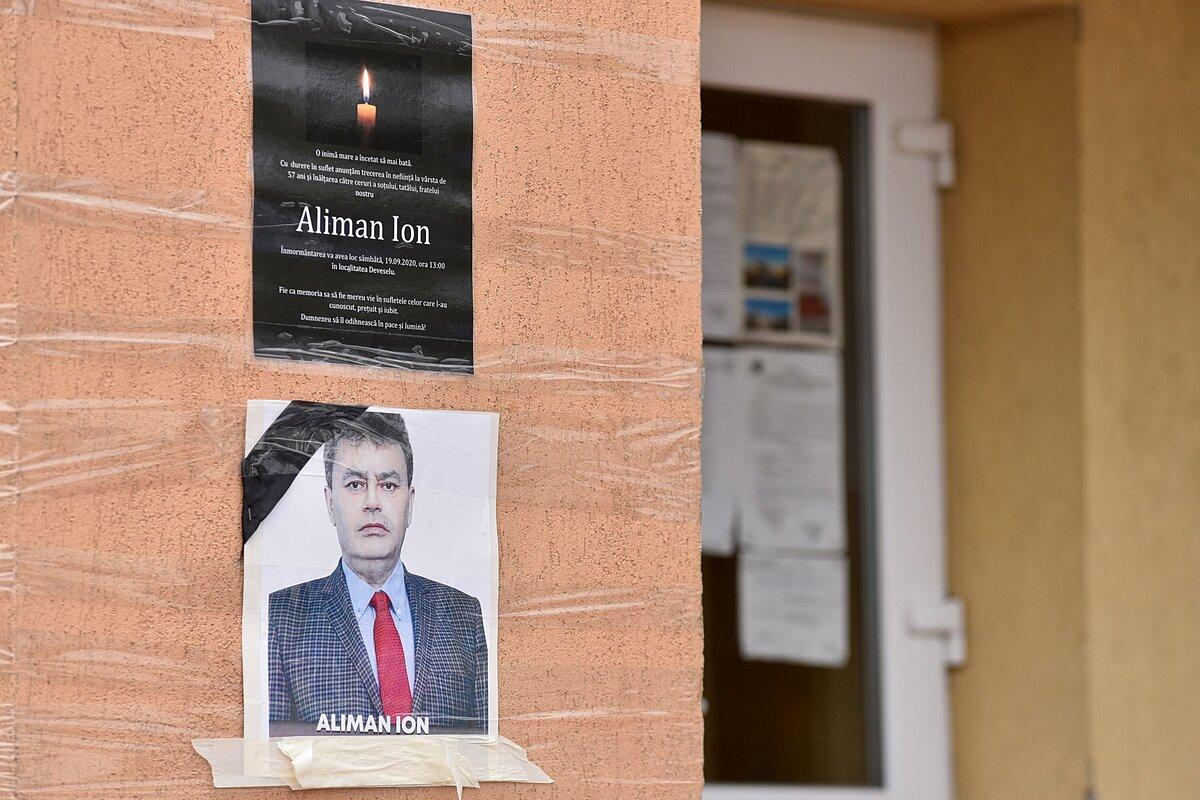 Di ảnh của cố thị trưởng Ion Aliman được dán trên tường tòa thị chính của Deveselu, phía nam Romania, hôm 28/9. Ảnh: Reuters.