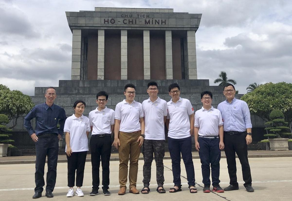PGS Lê Anh Vinh (bìa phải), thầy Lê Bá Khánh Trình (bìa trái) và các thành viên trong đội tuyển Olympic Toán của Việt Nam viếng lăng Bác trước ngày thi IMO. Ảnh: MOET.