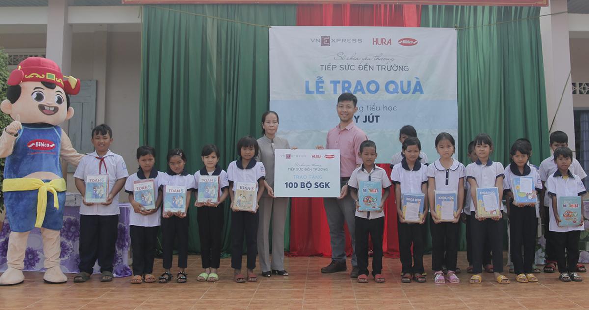 Đại diện Bibica trao tặng quà cho đại diện trường và học sinh tiểu học Y Dút hôm 29/9.