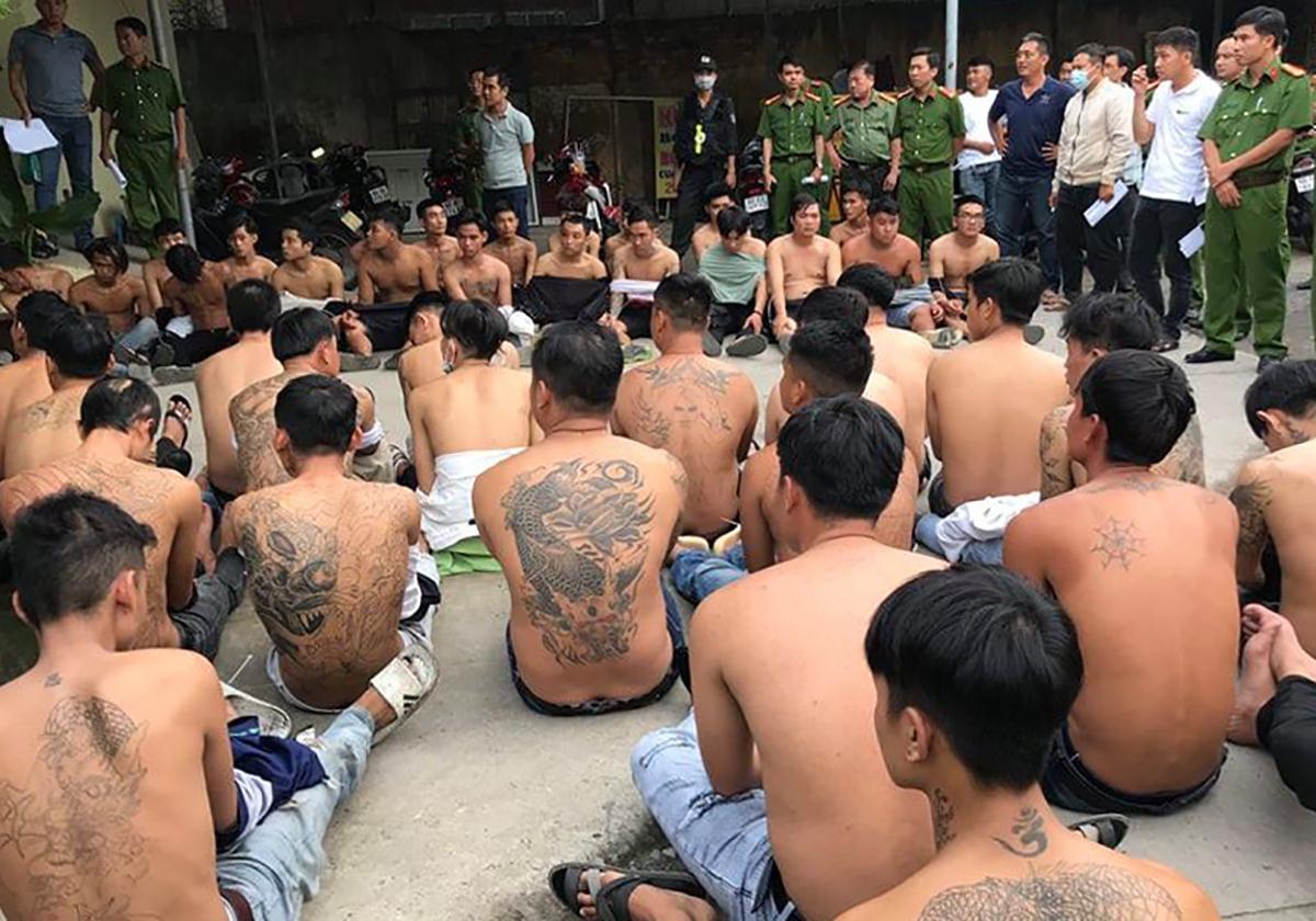 Hai nhóm bị bắt giữ sau khi tham gia hỗn chiến chiều 28/9. Ảnh: Thái Hà