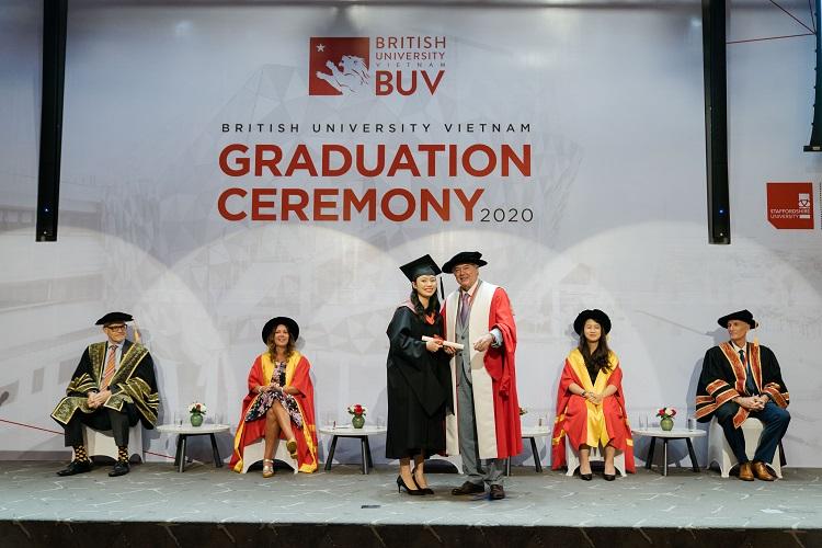 Giáo sư Ray Gordon, hiệu trưởng trường Đại học Anh Quốc Việt Nam, trao bằng cho các tân cử nhân tốt nghiệp năm 2020.