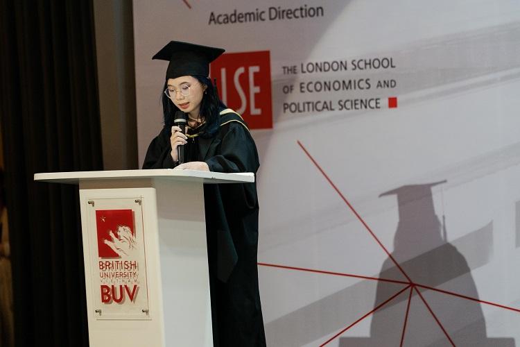 Vũ Hà Thùy Linh (Cử nhân ngành Tài chính Ngân hàng do Đại học London cấp bằng, BUV) phát biểu đại diện cho các tân cử nhân BUV tốt nghiệp năm 2020