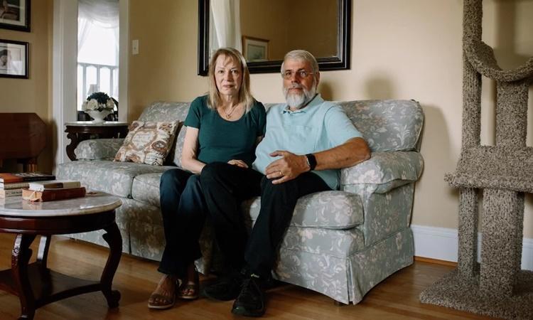 Vợ chồng Karen - Marlin Boltzes tại nhà riêng ở thị trấn Cabot, gần thành phố Pittsburgh, bang Pennsylvania. Ảnh: Washington Post.