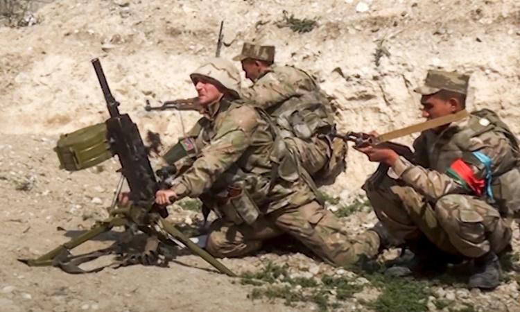 Hình ảnh do Bộ Quốc phòng Azerbaijan công bố hôm 27/9 cho thấy binh sĩ nước này tại Nagorno-Karabakh. Ảnh: Azerbaijans Defense Ministry.
