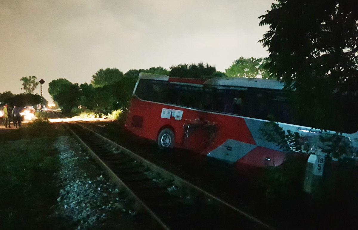 Ôtô bị đẩy xa 15 m sau va chạm với tàu hỏa chiều 29/9. Ảnh: Tất Định.