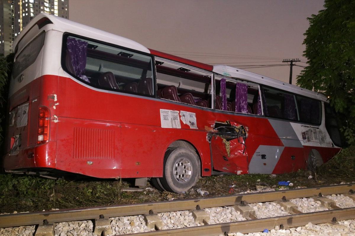 Ôtô 45 chỗ hư hỏng sau va chạm với tàu hỏa chiều 29/9. Ảnh: Tất Định.