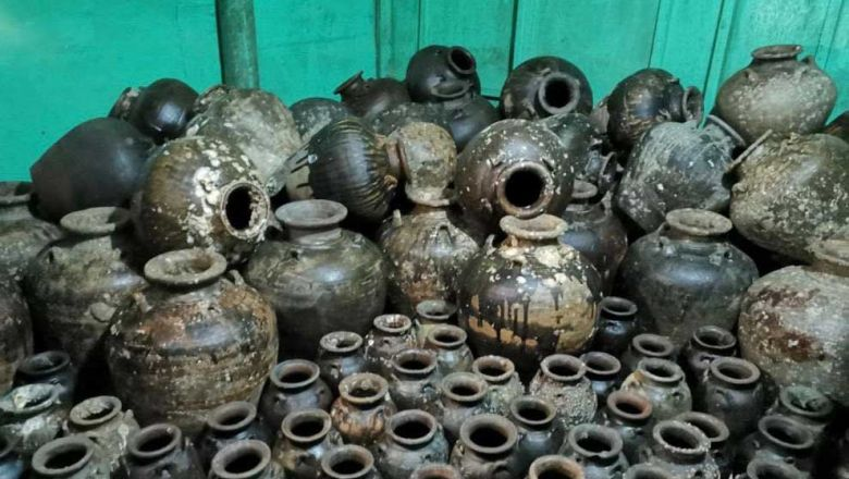 [Caption] The 281 ancient vases were reportedly found under the sea in Koh Russey area in Commune III, Sihanoukville. POLICE