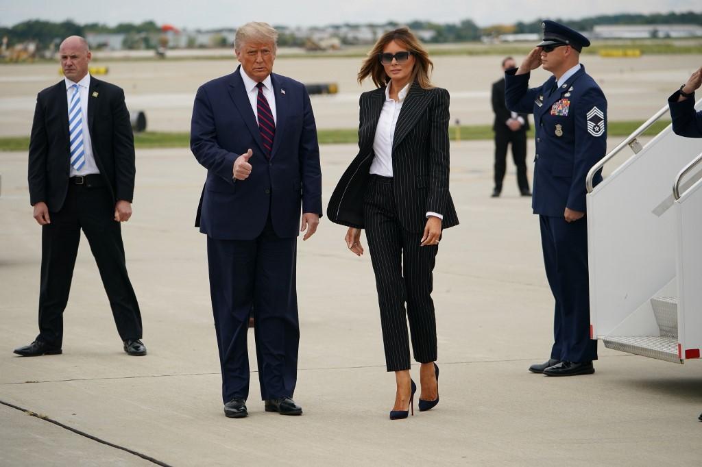 Trump và Melania khi đến sân bay quốc tế Cleveland Hopkins, thành phố Cleveland, bang Ohio, chiều 29/9.
