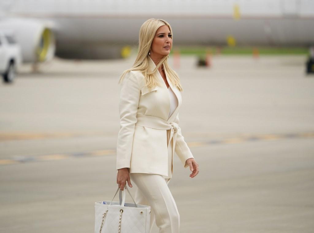 Ivanka diện bộ suit trắng khi xuống sân bay quốc tế  Cleveland Hopkins, thành phố Cleveland, bang Ohio, chiều 29/9. Ảnh: AFP.