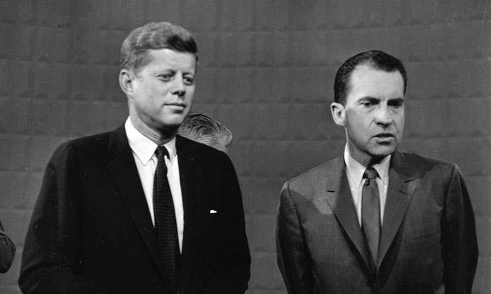 John Kennedy (trái) và Richard Nixon sau buổi tranh luận tổng thống trên truyền hình đầu tiên vào ngày 26/9/1960. Ảnh: AP.