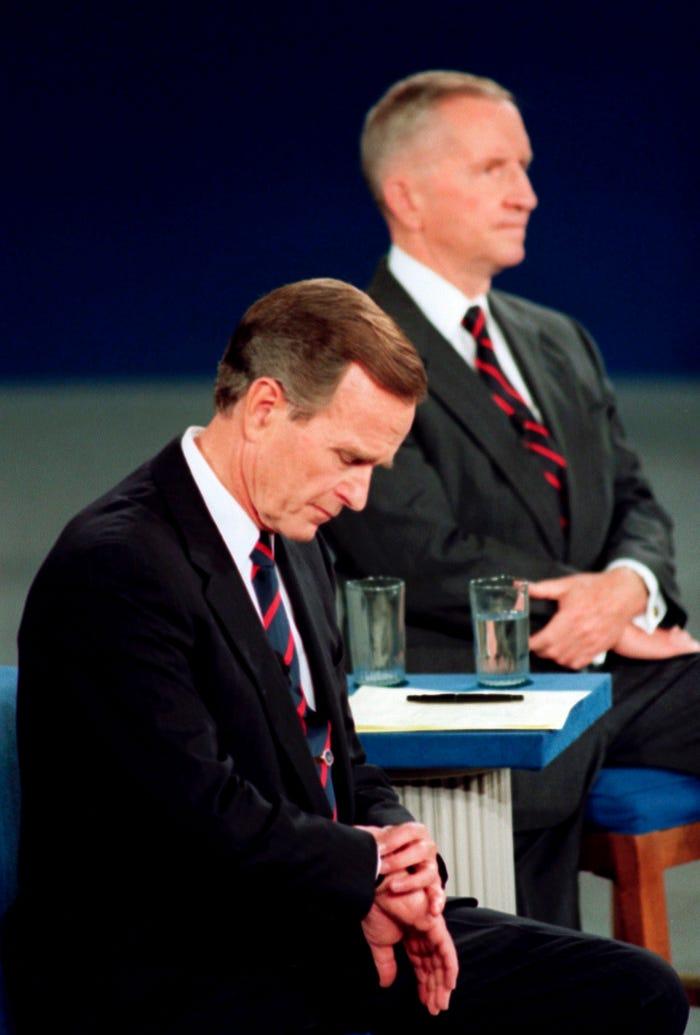 George H.W. Bush nhìn đồng hồ giữa buổi tranh luận tổng thống năm 1992. Ảnh: AP.