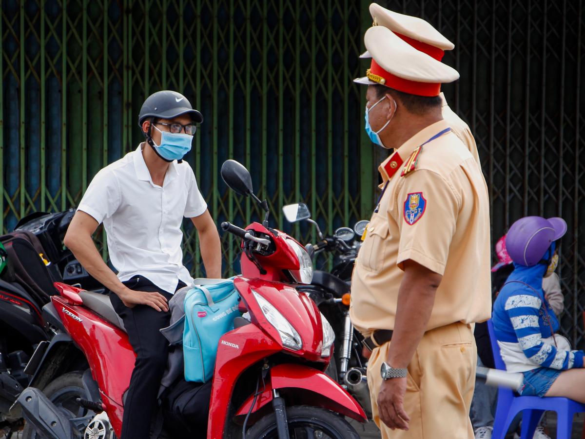 Cảnh sát giao thông Thừa Thiên Huế làm nhiệm vụ trên đèo Hải Vân hồi tháng 7. Ảnh: Võ Thạnh