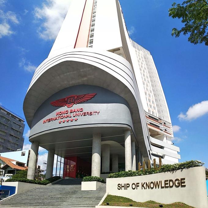 Tòa nhà Ship of Knowledge với 25 tầng, 105 phòng học, phòng thí nghiệm, thực hành phụ vụ việc học tập của sinh viên.