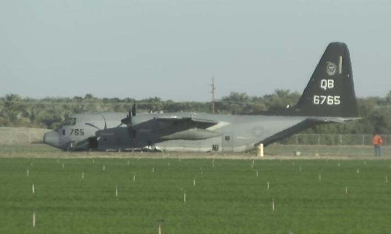 Chiếc KC-130J trên cánh đồng sau sự cố. Ảnh: USNI.