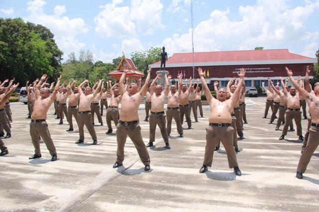Họ được huấn luyện nghiêm ngặt với cường độ vận động cao cùng với các sỹ quan chuyên nghiệp.