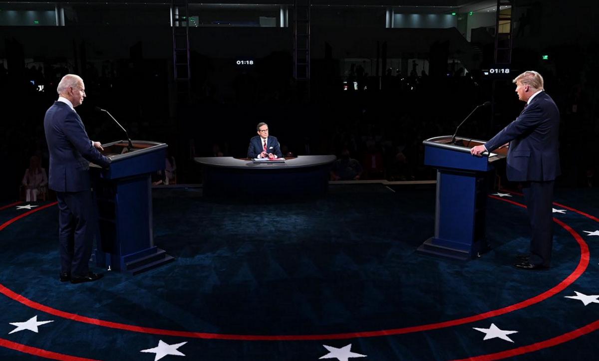 Biden (trái), Wallace (ngồi) và Trump trong cuộc tranh luận ngày 29/9. Ảnh: AFP.