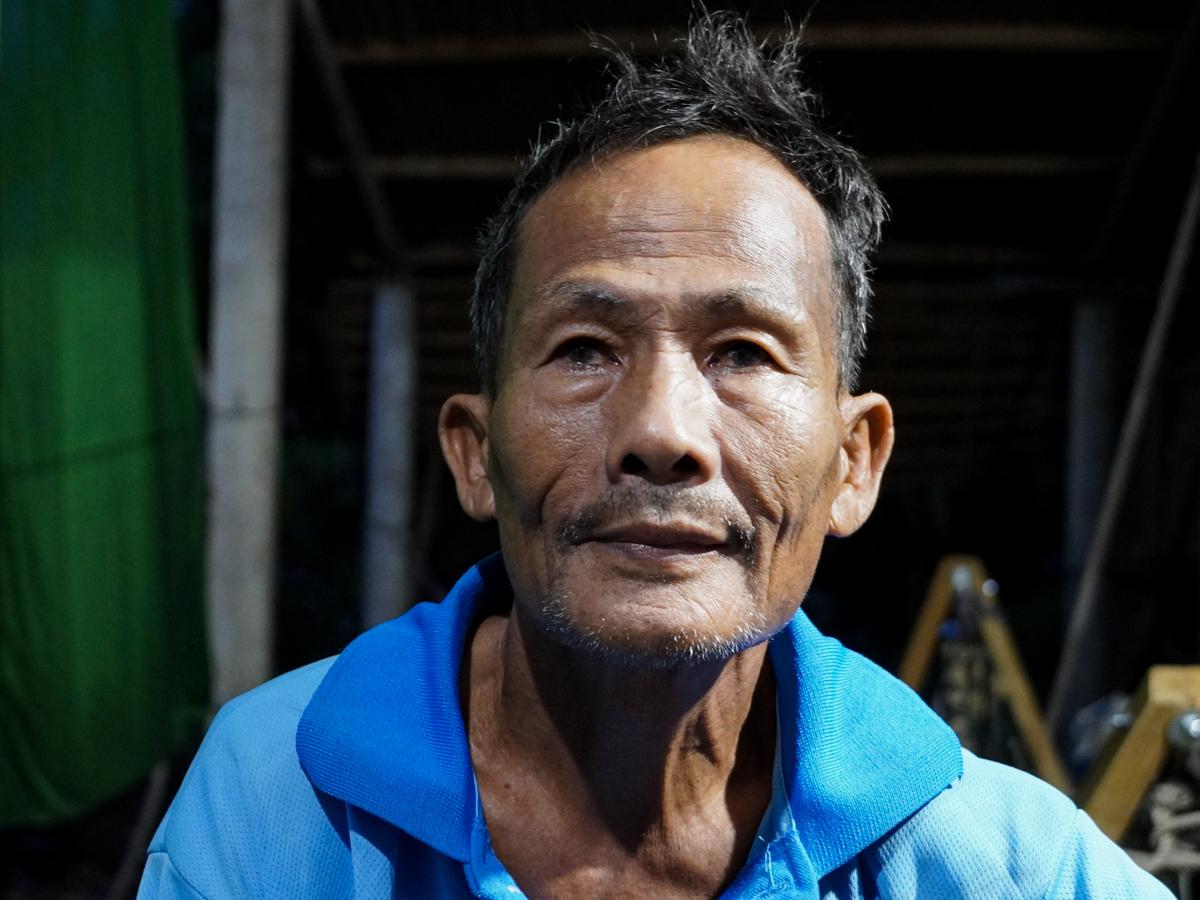 Lão nông Danh Văn Minh có hai con cùng vợ mất trong mùa lũ, không có chỗ chôn phải xóc tréo chờ nước rút. Ảnh: Hoàng Nam.