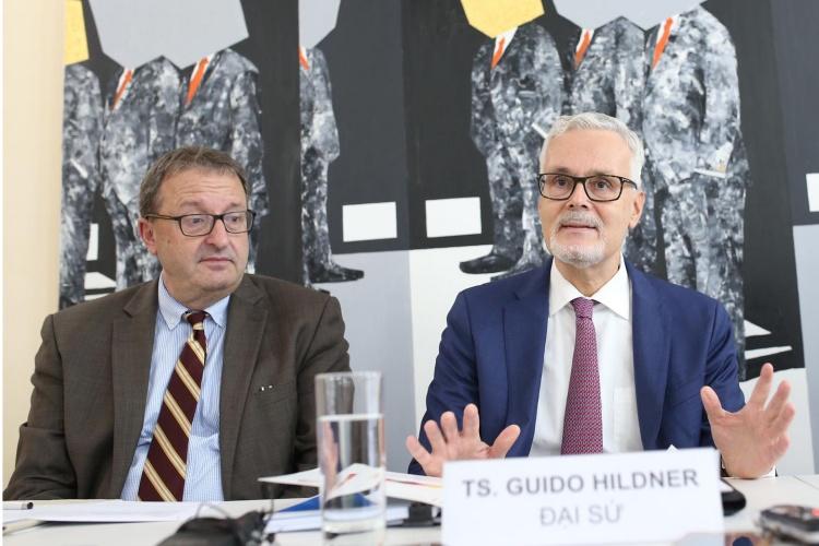 Đại sứ Đức tại Việt Nam Hildner trong họp báo tại Hà Nội ngày 30/9. Ảnh: Hà Trung.