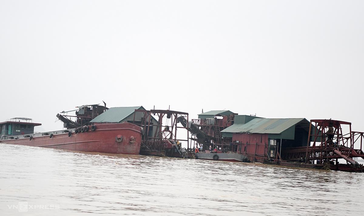 Các tàu đang hút cát và bơm cát lên bãi ở địa bàn giáp ranh Phú Thọ với Hà Nội bị lực lượng chức năng bắt giữ hôm 29/9. Ảnh: Phương Sơn