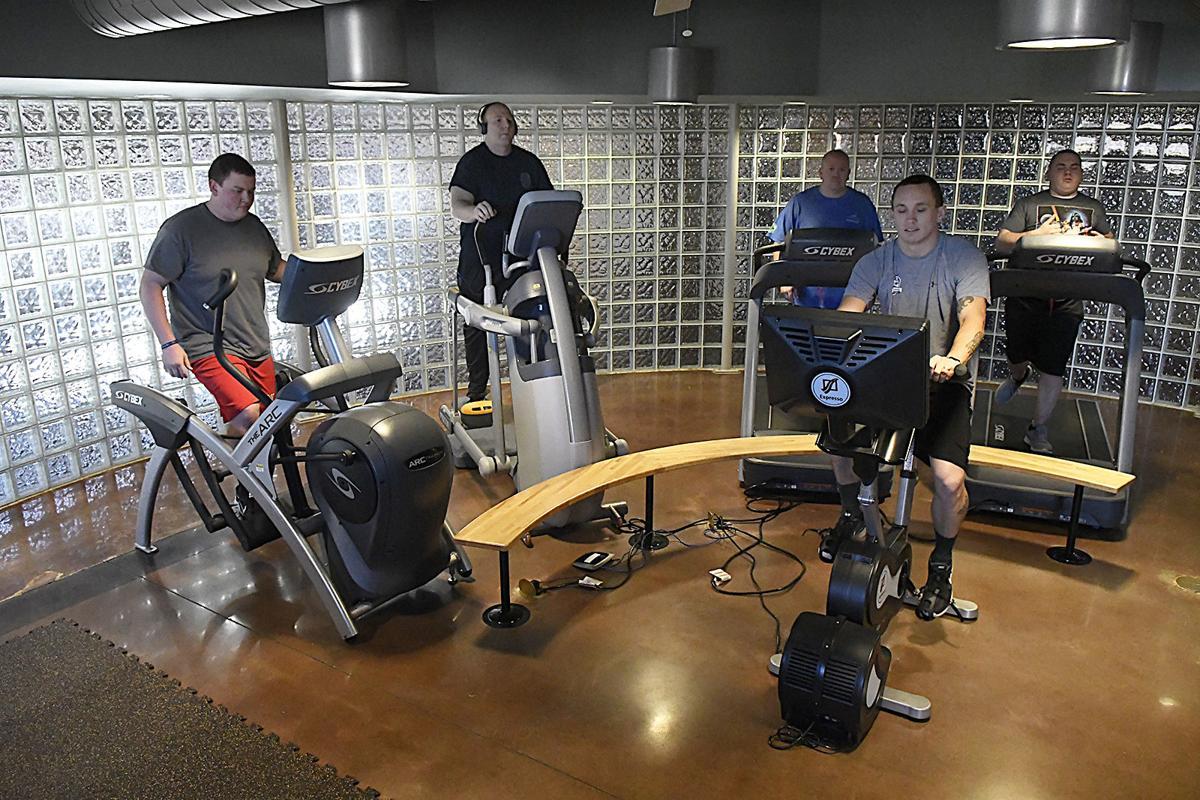Cảnh sát thành phố Enid tập thể thao tại phòng thể hình riêng. Ảnh: Enid News.