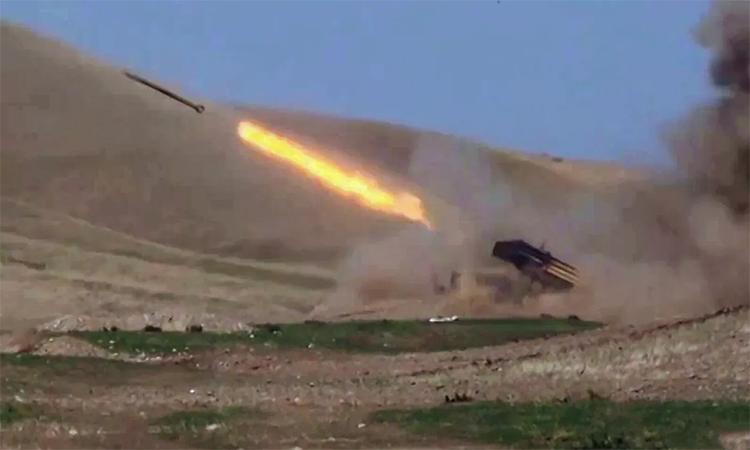 Azerbaijan nã pháo phản lực vào vị trí lực lượng Armenia tại Nagorno-Karabakh, ngày 28/9. Ảnh: BQP Azerbaijan.