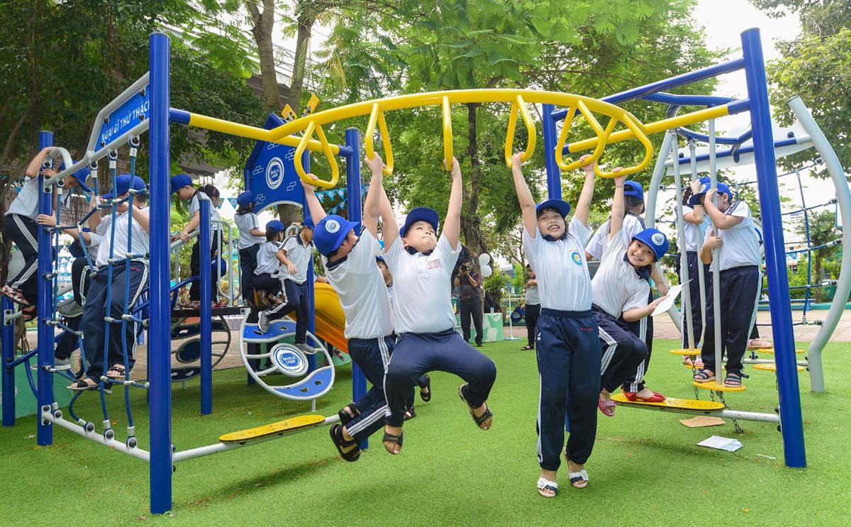 Học sinh trường Tiểu học Phú Hòa 3 (Bình Dương) chơi các trò vận động trong sân chơi Ngại gì thử thách.