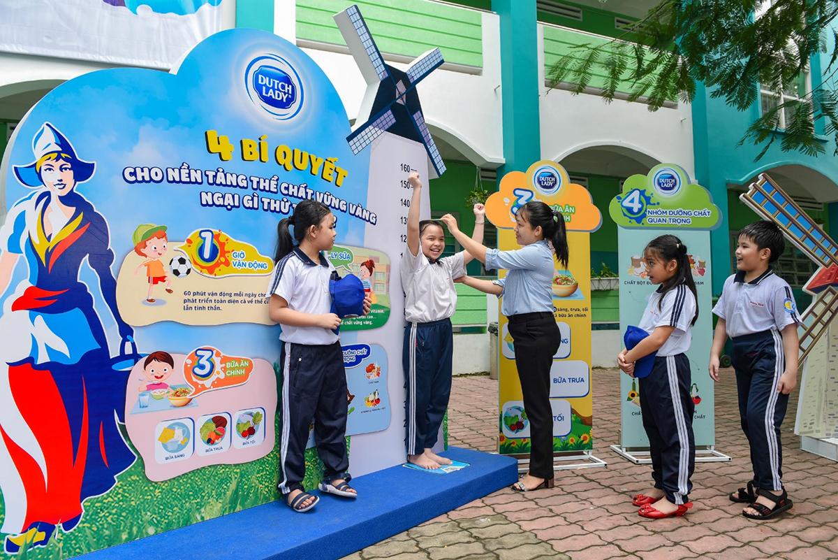 Học sinh trường Tiểu học Phú Hòa 3 đo cân nặng, chiều cao tại góc dinh dưỡng trong khuôn viên trường.